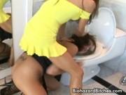 Две лесбиянки в ванной ласкают друг друга