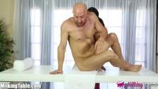Порно молодых телочек, которые знают, как делать мощный минет